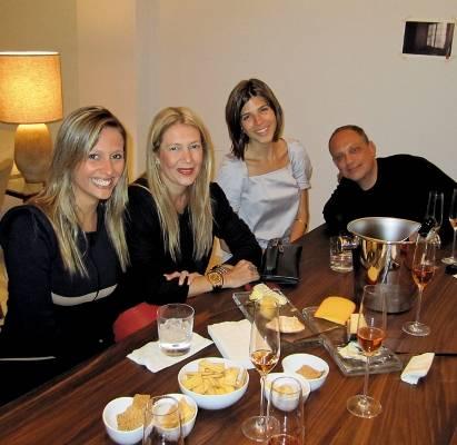 Bela comanda jantar entre amigos