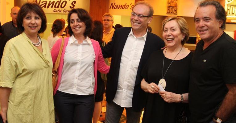 Tony Ramos encontra os amigos Aracy Balabanian e José Wilker no teatro