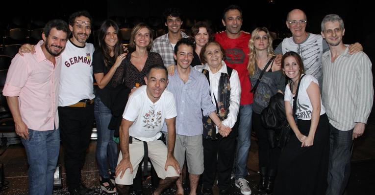 Elenco de 'Cordel Encantado' prestigia Domingos Montagner no teatro
