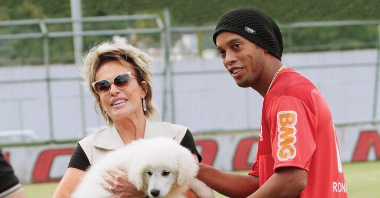 Ana Maria Braga dá cão a Ronaldinho