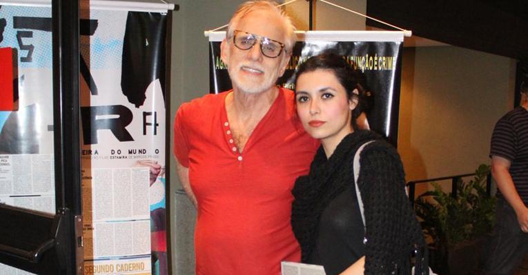 Francisco Cuoco leva a namorada Thais Rodrigues ao teatro