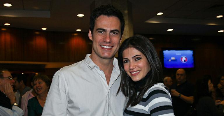 Carlos Casagrande e a mulher Marcelly Anselmé curtem a noite de sábado no teatro