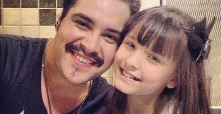 Tiago Abravanel e Larissa Manoela registram momento de encontro em aeroporto do Rio de Janeiro
