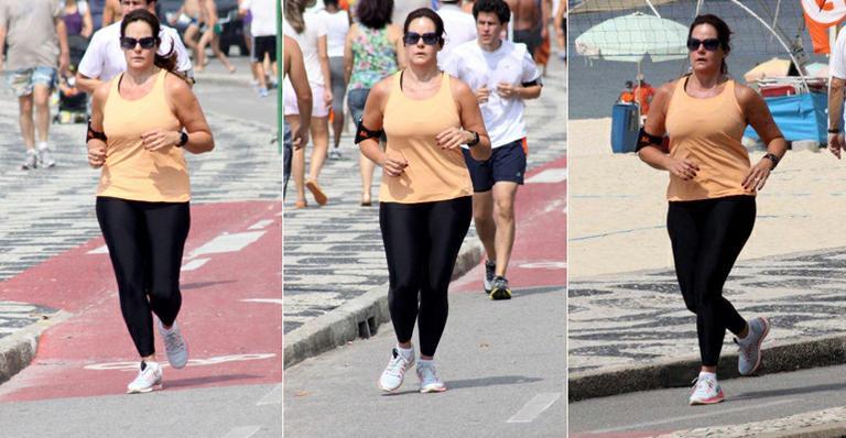 Renata Ceribelli corre pela orla do Leblon