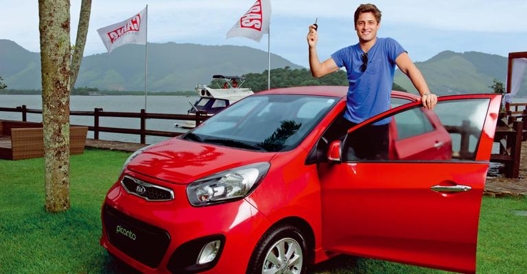 Daniel Rocha comemora ao ser sorteado com Kia Picanto na Ilha de CARAS