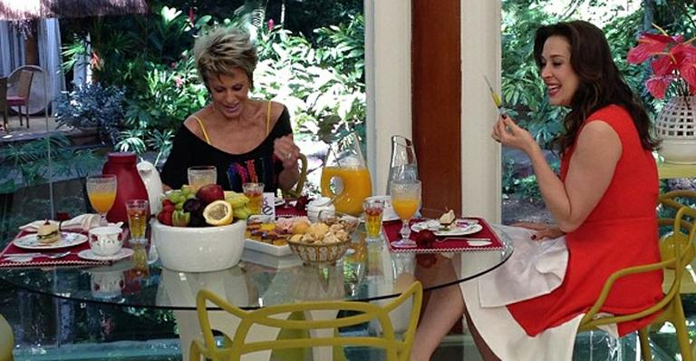 Claudia Raia ganha seringa de Ana Maria Braga
