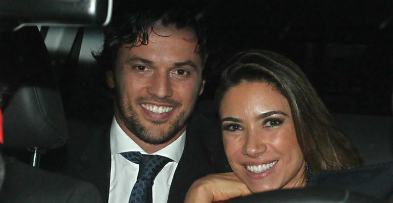 Patrícia Abravanel mostra aliança de noivado de Fábio Faria