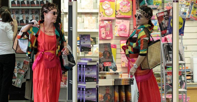 Regina Duarte usa look colorido e se alonga em aeroporto