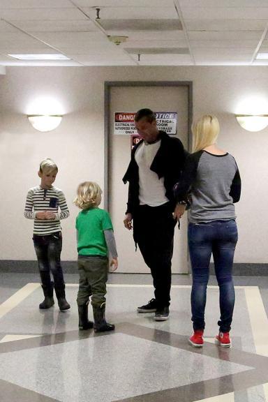 Gavin Rossdale e os filhos, Kingston e Zuma, visitam Gwen Stefani na maternidade
