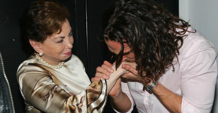 Beatriz Segall assiste Jesus Cristo Superstar e cumprimenta Igor Rickli