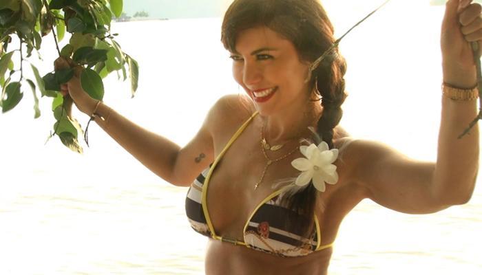 Simone Soares exibe corpo sarado