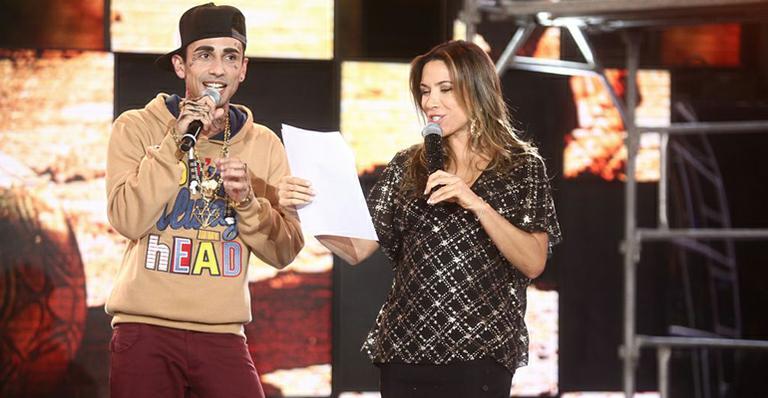 Patrícia Abravanel canta ao lado de cover de MC Guime no 'Máquina da Fama'