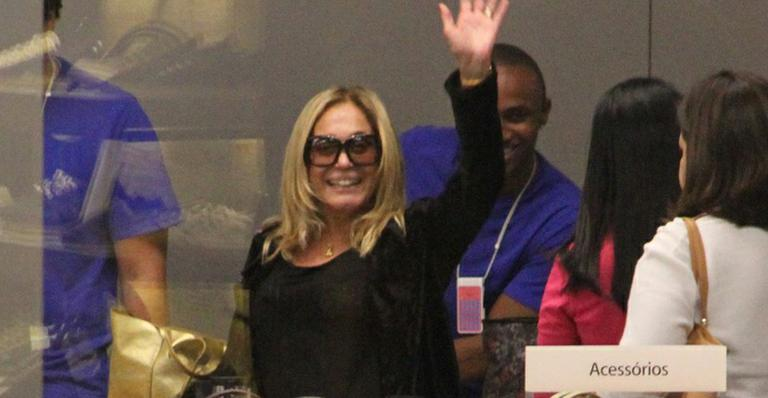 Solteira, Susana Vieira exibe seus sorrisos durante passeio