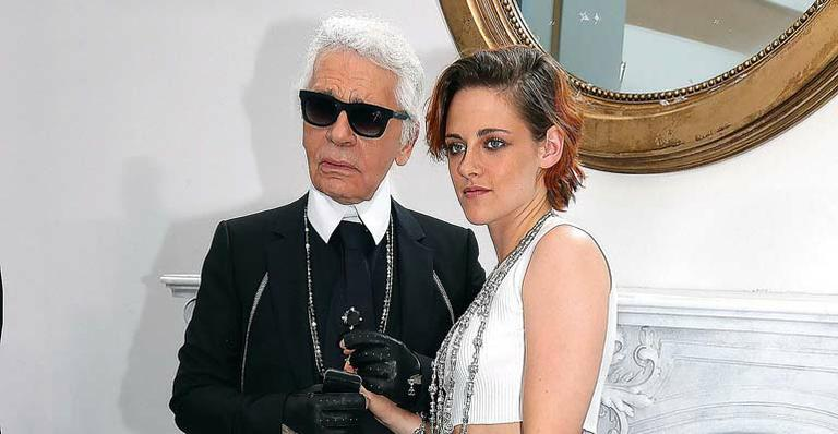 Kristen Stewart mostra estilo em desfile da Chanel e elogia Karl Lagerfeld