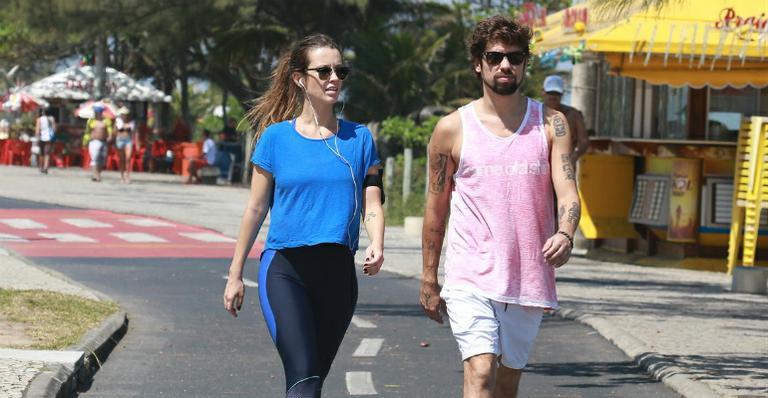 Juliana Didone se exercita na praia com o namorado