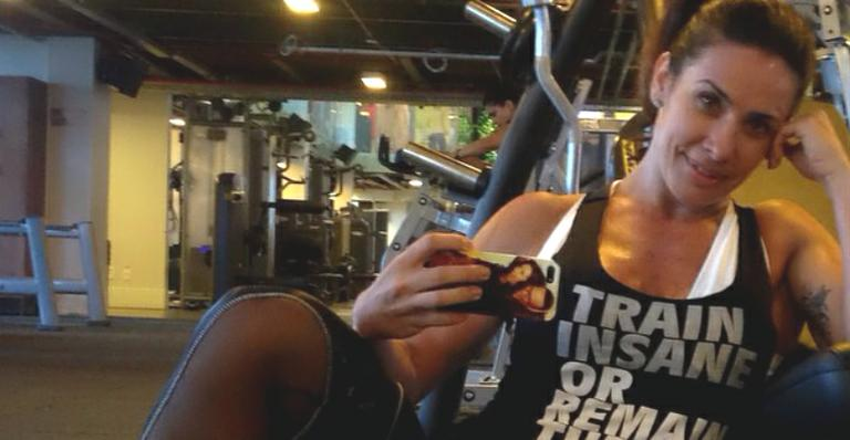 Aos 41, Scheila Carvalho exibe barriga sarada na academia