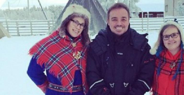 Prestes a voltar à TV, Gugu Liberato visita Papai Noel na Finlândia