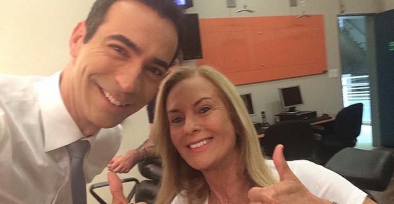 César Tralli encontra a sogra, Helô Pinheiro, nos bastidores da Globo