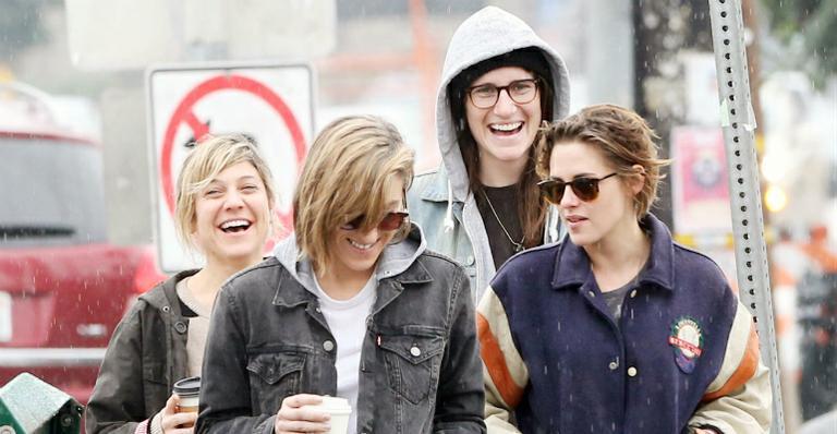 Sorridente, Kristen Stewart passeia com suposta namorada em Los Angeles