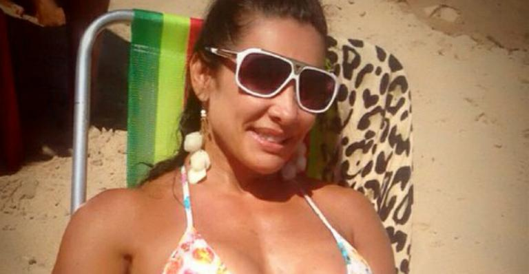 De biquíni, Scheila Carvalho come marmita e mostra boa forma aos 41 na praia