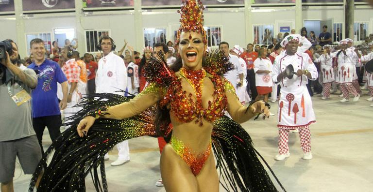 Viviane Araújo se veste de chama acessa para ser rainha de bateria