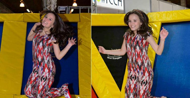 Atriz mirim Larissa Manoela se diverte em trampolim de feira infantil em SP