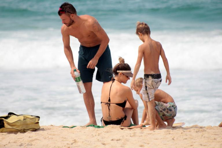 Fernanda Lima Curte Tarde Na Praia Com A Fam U00edlia