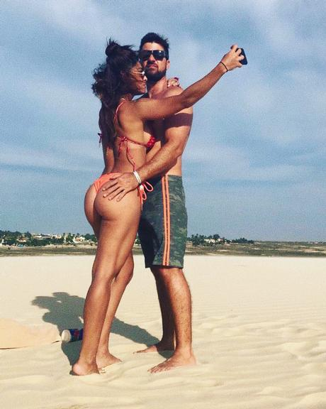 Juliana Paes exibe bumbum na nuca