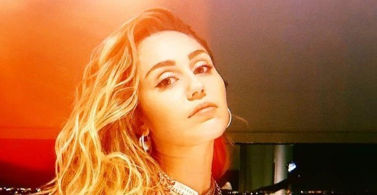 Ela está voltando! Miley Cyrus aumenta expectativas dos fãs e publica capa de ''She Is Coming''