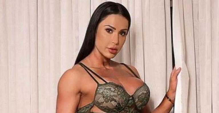 Gracyanne Barbosa posa quase nua e impressiona com barriga ''cavada''