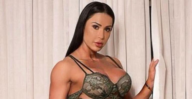 Gracyanne Barbosa surge vestida e surpreende internautas com elegância