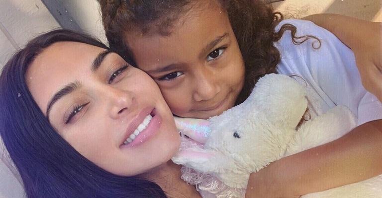 Kim Kardashian esclarece polêmica sobre piercing da filha de 5 anos