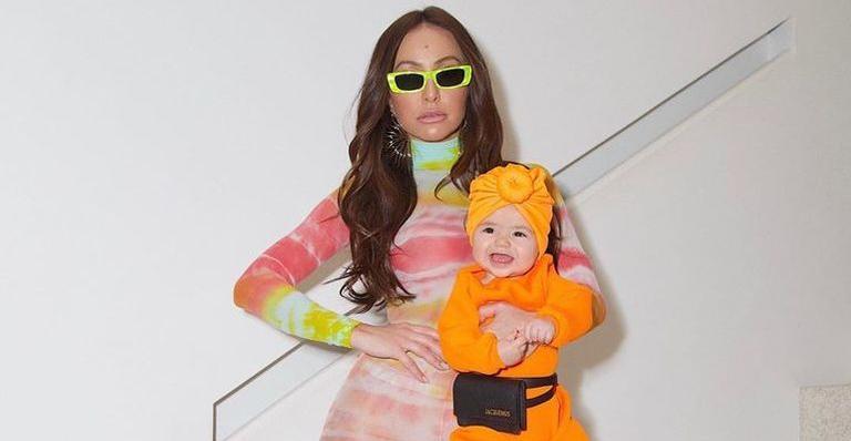 Zoe esbanja estilo e luxo ao surgir com acessório de R$ 2 mil