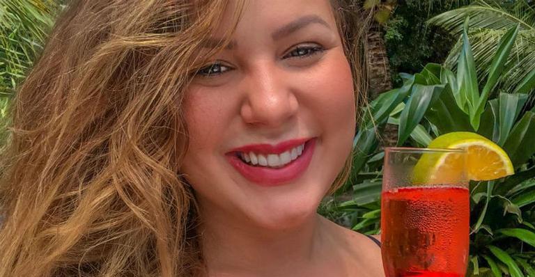 Maria Claudia posa sensualizando de biquíni e seguidores elogiam