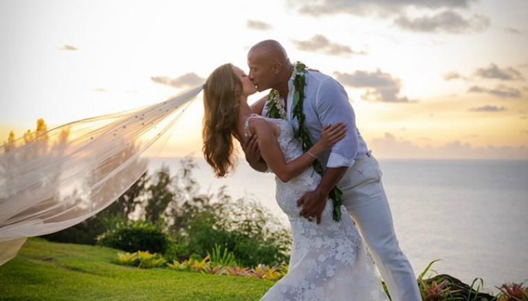 Astro do filme 'The Rock' se casa no Havaí com Lauren Hashian