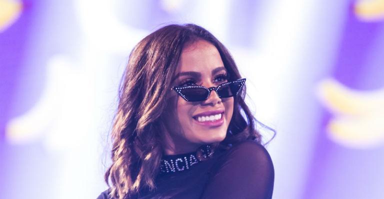Dançarino de Anitta se empolga durante performance e acaba dando tapa forte na cantora
