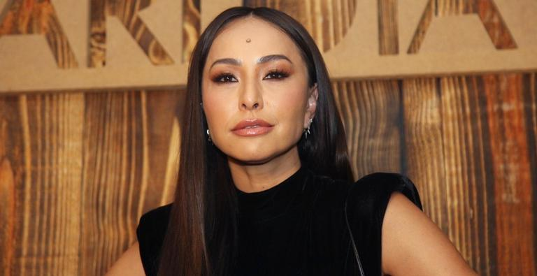 A apresentadora Sabrina Sato roubou a cena de desfile de moda e arrancou suspiros ao lado da modelo Carol Ribeiro; veja