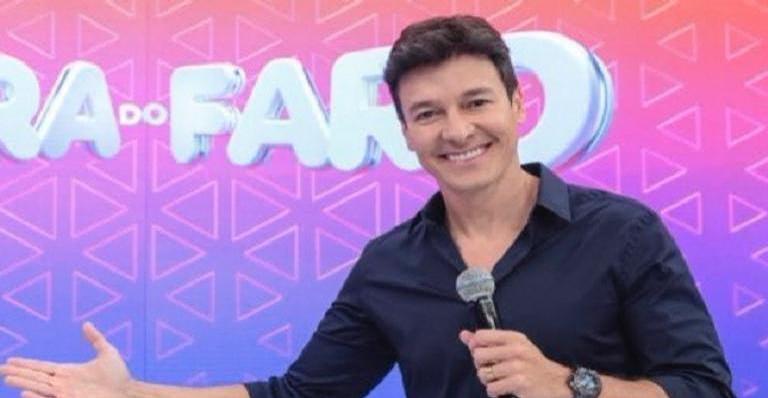 Rodrigo Faro surge de vestido e peruca e diverte os internautas