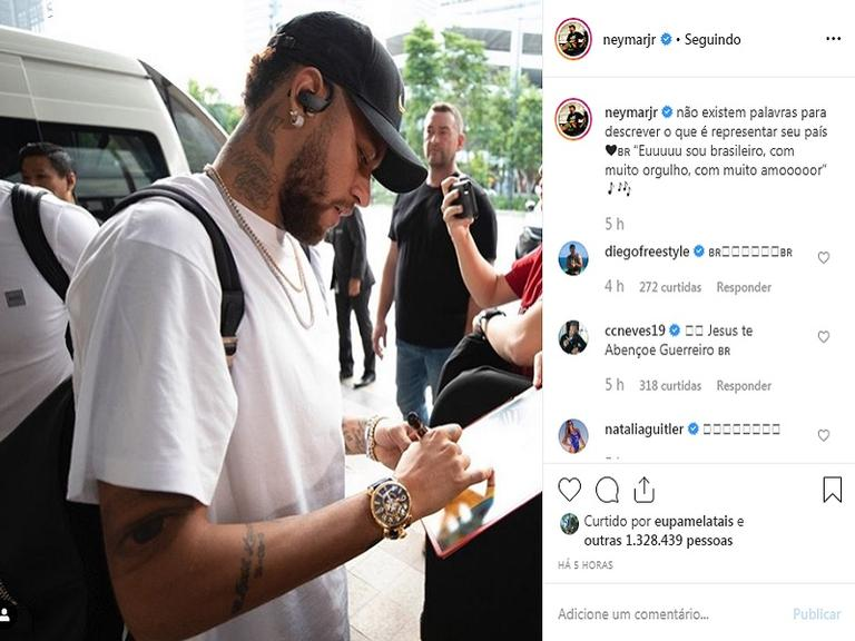 Neymar Jr. dando autógrafo para fã