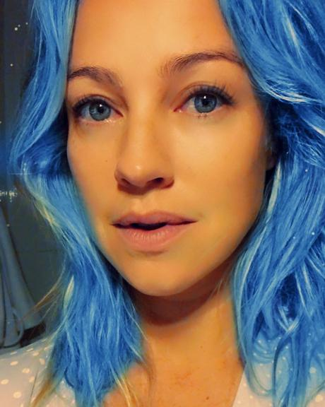 Luana Piovani surge de cabelo azul e impressiona fãs: ''Rebelde!''