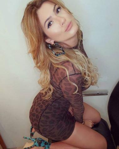 Lívia Andrade exibindo as curvas.