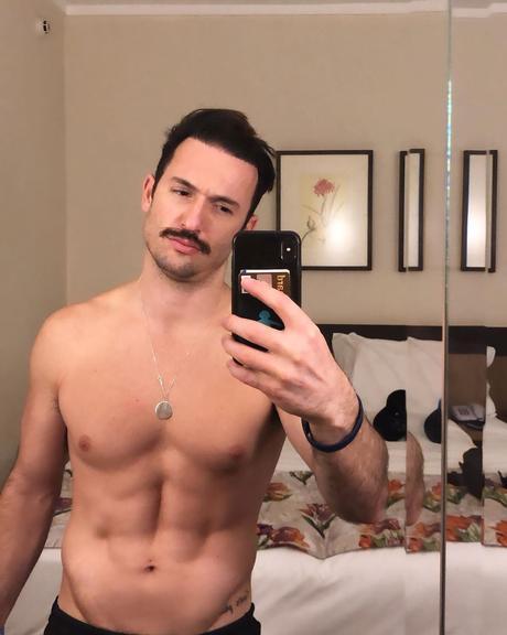 Diego Hypolito exibindo o abdômen