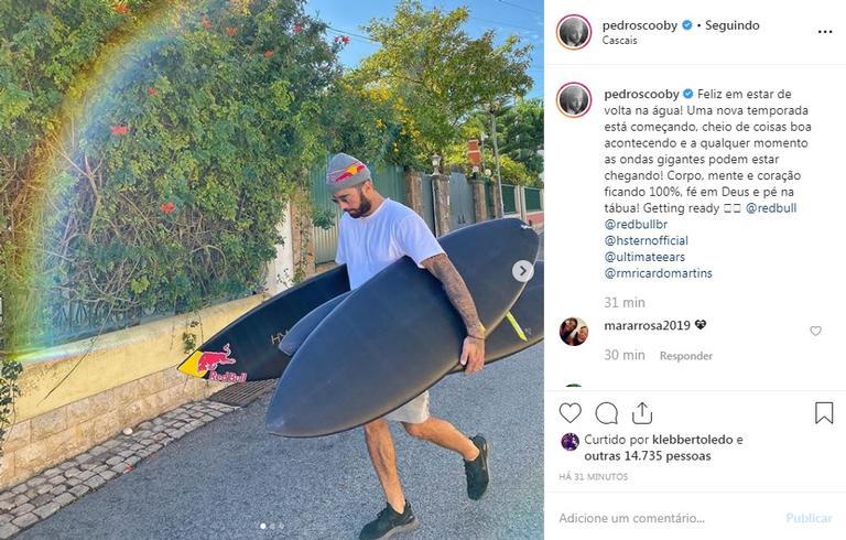 Pedro Scooby aparece surfando e encanta seguidores