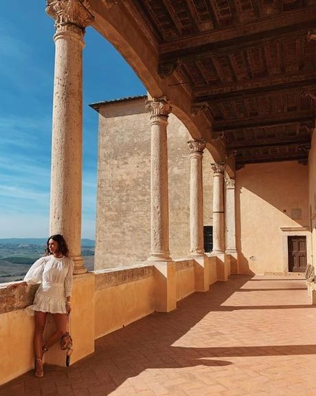 Thaila Ayala em varanda exuberante na Itália