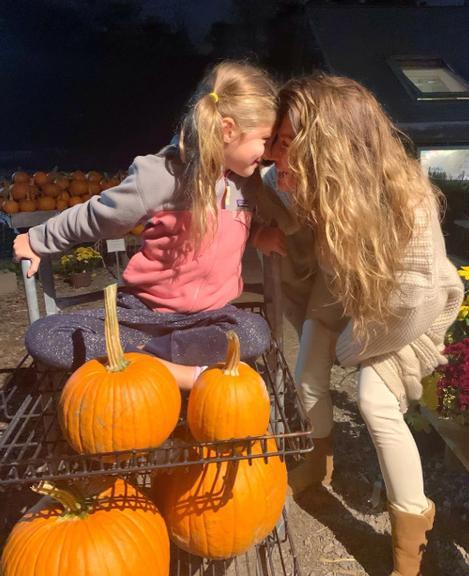 Gisele Bündchen e a filha no Halloween