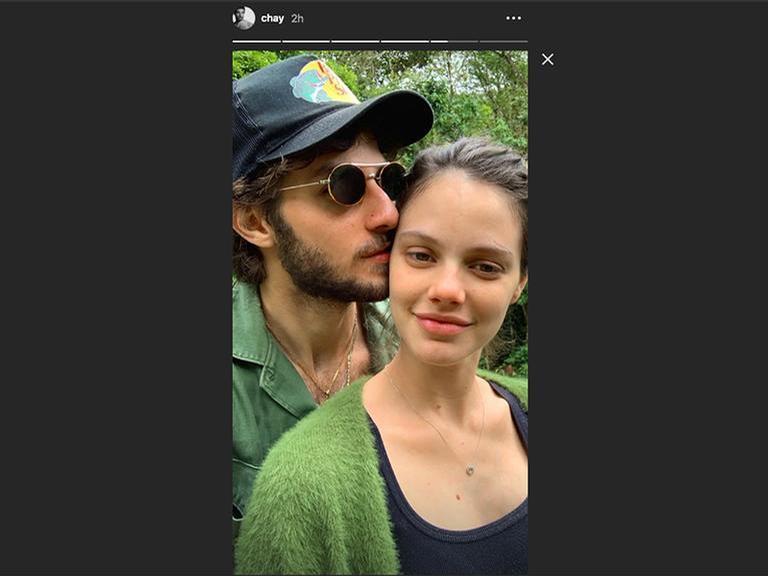 Chay Suede e Laura Neiva em momento romântico