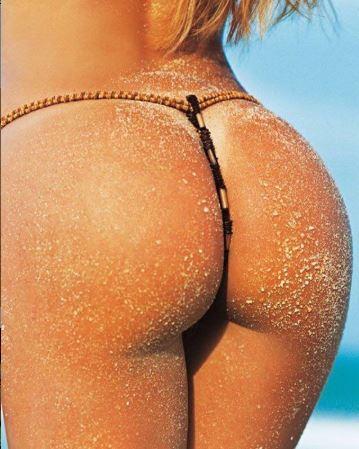 Luize Altenhofen ostentando bumbum em praia