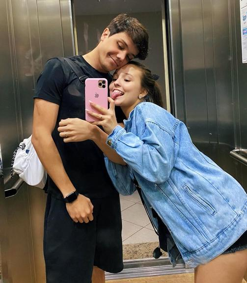 Larissa Manoela comemora aniversário de namoro e se declara para Leo Cidade