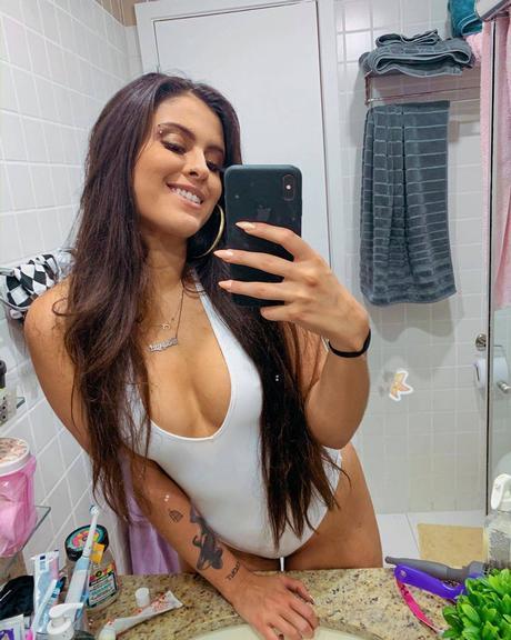 Hana Khalil posa de maiô branco e sensualiza