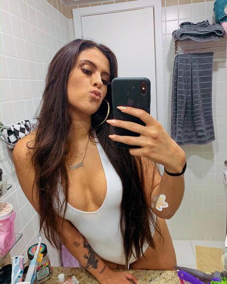 Hana Khalil posa de maiô branco